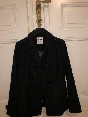 Schlichter schwarzer Mantel