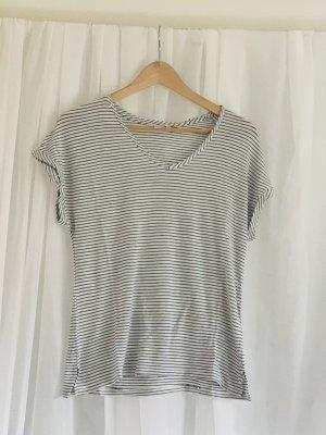 Schlichtes lockeres Tshirt mit dünnen Querstreifen