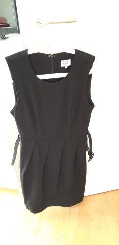 schlichtes schwarzes Kleid