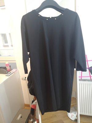 schlichtes schwarzes Kleid mit goldenen Nieten am Hals