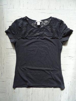 Schlichtes schwarzes T-Shirt mit Spitze