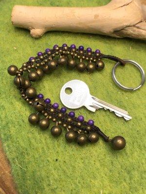 Schlüsselanhänger 21 Glöckchen Mini Perlen violett 19,5 cm gewachste Baumwolle