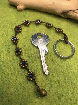 Schlüsselanhänger Blüten Perlen dunkelblau schimmernd gewachste Baumwolle 18,5 cm