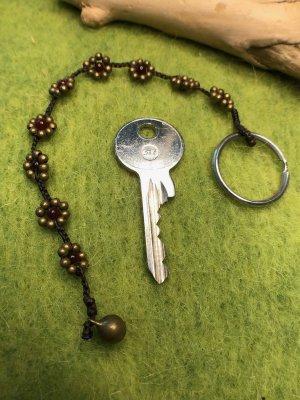 Schlüsselanhänger Blüten Perlen dunkelrot messingfarben gewachste Baumwolle 18,5 cm