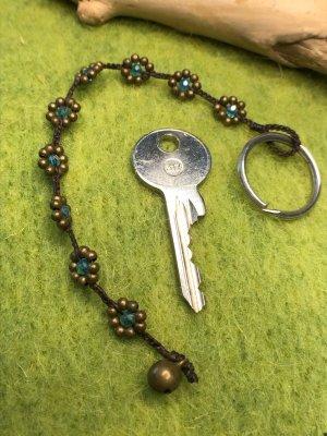 Schlüsselanhänger Blüten Perlen petrol / messingfarben gewachste Baumwolle Glöckchen 18,5 cm