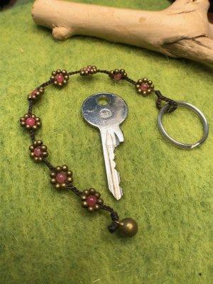 Schlüsselanhänger Blüten Perlen rosa messingfarben gewachste Baumwolle 18,5cm