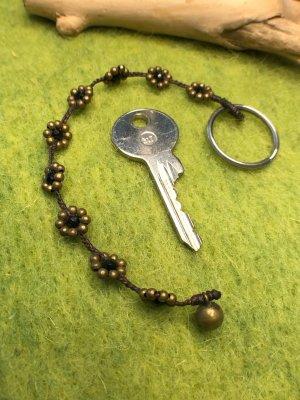 Schlüsselanhänger Blüten Perlen schwarz messingfarben gewachste Baumwolle 18,5 cm