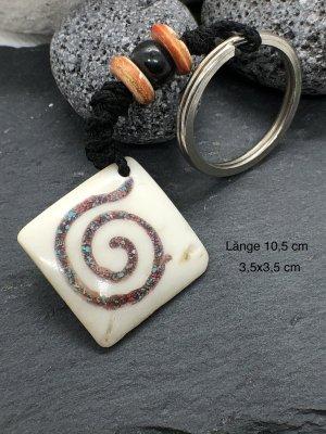 Handmade Breloczek do kluczy w kolorze białej wełny