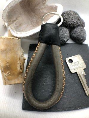 Schlüsselanhänger Leder Schlaufe Ziernähte graubraun schwarz 10,5 cm