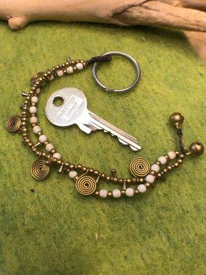 Schlüsselanhänger Messing Spiralen Perlen weiß marmoriert messingfarben 2fach Strang
