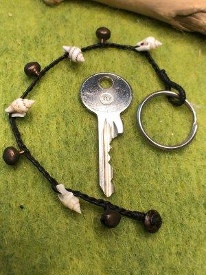Schlüsselanhänger Mini Muscheln Glöckchen gewachste Baumwolle schwarzbraun 19,5 cm