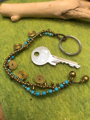 Schlüsselanhänger Spiralen Messing Perlen türkis messingfarben zweifach Strang 19,5 cm