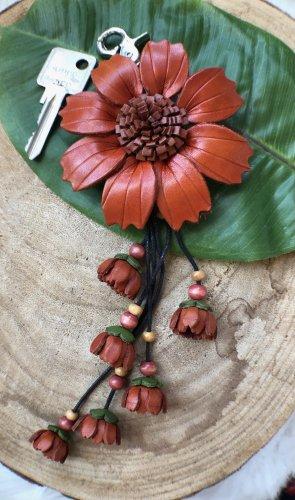 Schlüsselanhänger Taschenschmuck Leder Blüte 8,5 cm rostrot 24,5 cm Länge