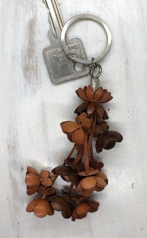 Schlüsselanhänger Taschenschmuck Leder Blütenstrang cognacfarben 12 cm Länge