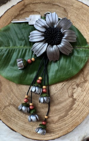Schlüsselanhänger Taschenschmuck Leder Blume 8,5 cm silberfarben schwarz 24,5 cm Länge