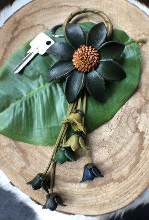 Schlüsselanhänger Taschenschmuck Leder Zackenblüte 10 cm grün 22 cm Länge