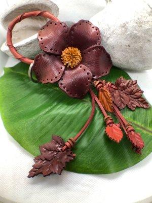 Schlüsselanhänger Taschenschmuck Leder Zackenblüte 9 cm Lochmuster 22 cm kaminrot