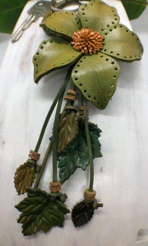 Schlüsselanhänger Taschenschmuck Leder Zackenblüte 9 cm Lochmuster oliv 22 cm Länge