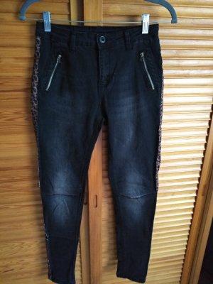 schmale schwarze Jeans mit Stickereien