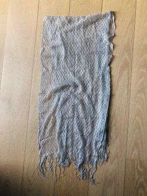 Schmaler Schal aus einem Silbernen Netz