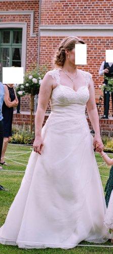Schmeichelhaftes klassisches A-Linie Brautkleid mit Raffung und Schlüssellochrücken