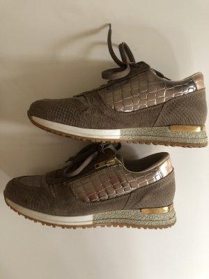 Schnürrsneaker