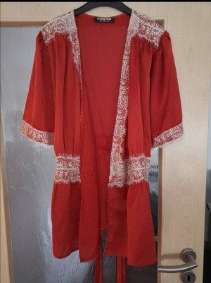Schöne Bluse im Wickeldesign mit Spitze