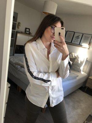 Schöne Bluse mit Boucle Piping am Arm