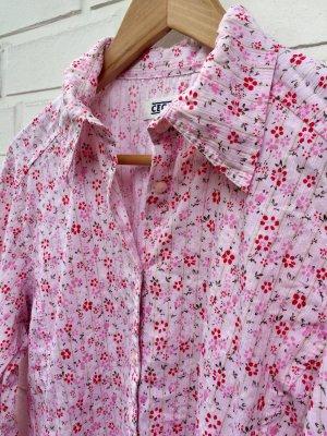 Schöne Bluse mit rosafarbenem Blümchenmuster