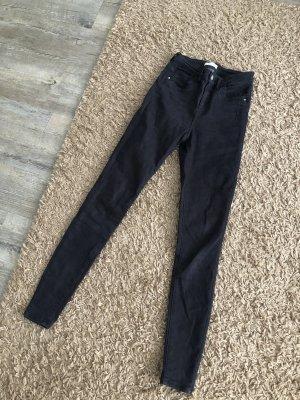 Schöne dunkelgraue bis schwarze Jeans