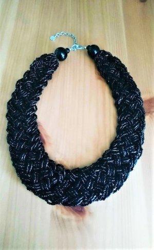 Schöne geflochtene Halskette