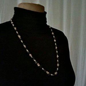 Schöne Halskette aus Hämatit- und Korallensteinchen