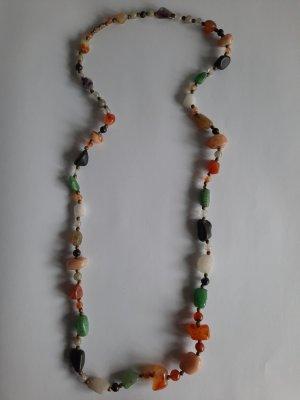 Schöne Halskette mit Edelsteinen