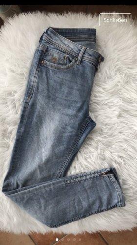Schöne Jeans mit Reißverschluss am Knöchel