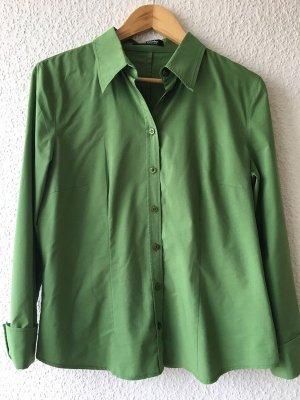 Schöne klassische grüne Hemdbluse