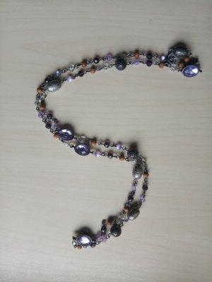 Schöne lange Halskette mit lilafarbenen Steinen