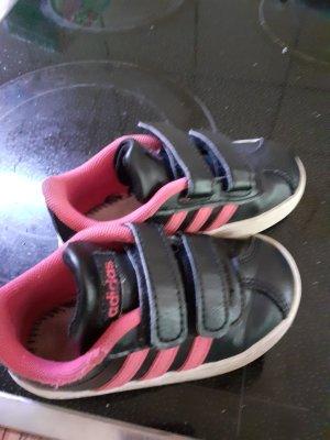 schöne Mädchen Adidas Schuhe