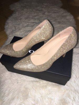 Schöne neue goldene Schuhe