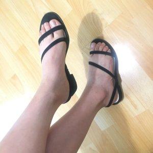 schöne Sandalen mit niedrigem Absatz