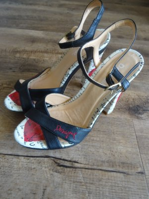 Schöne Sandaletten mit Herzprint am Absatz