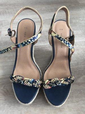 Schöne Schuhe mit Keilabsatz und Strasssteine