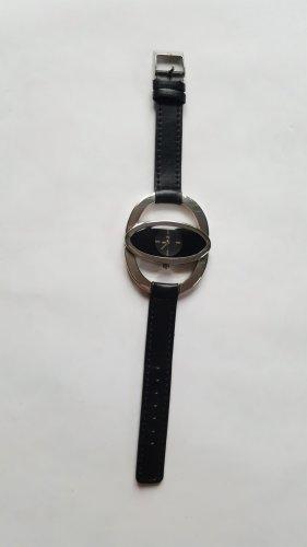 Schöne schwarze Armbanduhr