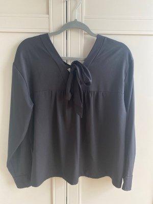 Schöne schwarze Bluse mit Schleife