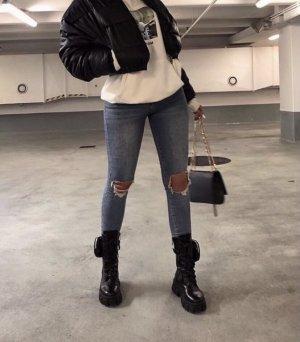 Schöne Stiefel mit dicker Sohle