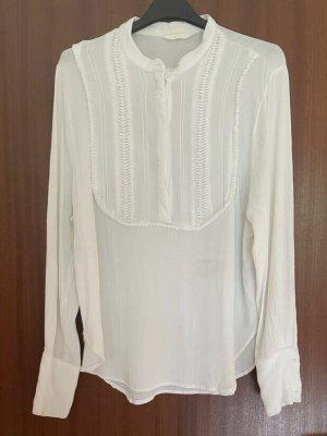 Schöne weiße Bluse mit Rüschendetails