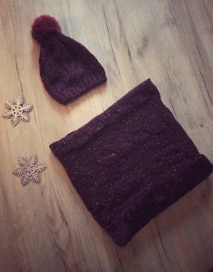 Schöne Winterkombi: Bommelmütze und Schal aus Strick in brombeere