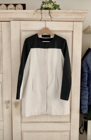 Zara Abrigo de cuero blanco-negro