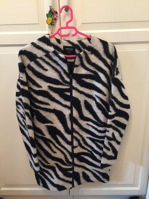 Schöner kurz Mantel in schwarz/weiß gemustert