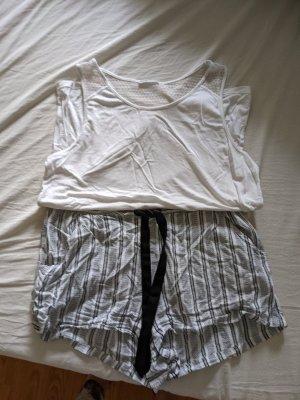 Schöner kurzer leichter Pyjama