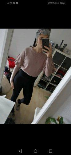 Schöner Pullover mit Rüschenärmeln